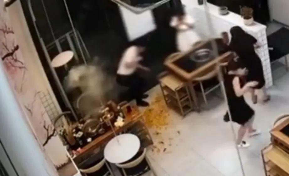 瞬间爆炸!火锅店员工捞取打火机,几人全被烫伤