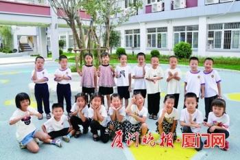 """""""复制版""""萌新牵手上学,老师分得清吗?厦门一小学一年级新生有8对双胞胎"""