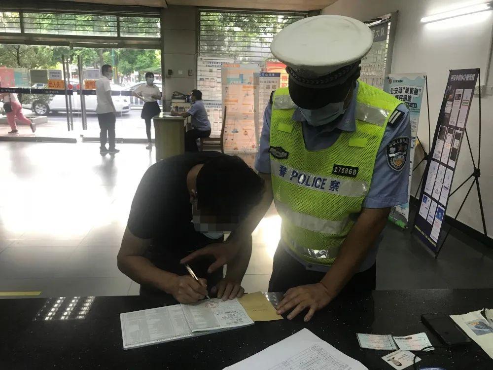 广东一女子半个身子伸出车窗嗨舞被网友举报!交警回应了