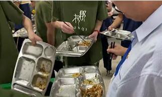 站垃圾桶旁吃学生剩饭当事人发声:我每天这样吃三顿