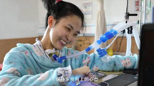 """罕见病女孩在ICU住了12年""""筷子""""打字激励病友笑对人生"""
