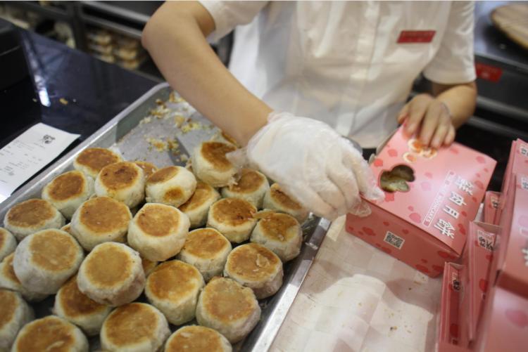 上海人台风天排长队买月饼