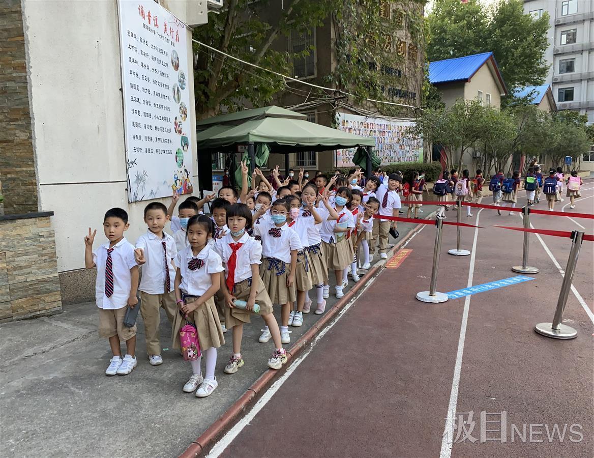 武汉一小学试行把书包留在学校,学生家长都轻松了