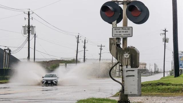 """飓风""""尼古拉斯""""登陆美国得州 导致大面积停电"""