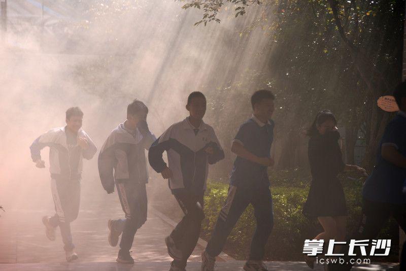 """场面堪比大片!周南实验中学上演千人""""火海""""逃生"""