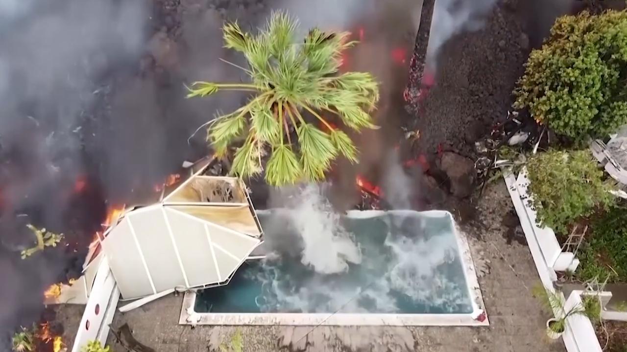 西班牙一座小岛火山爆发 熔岩掉进别墅泳池