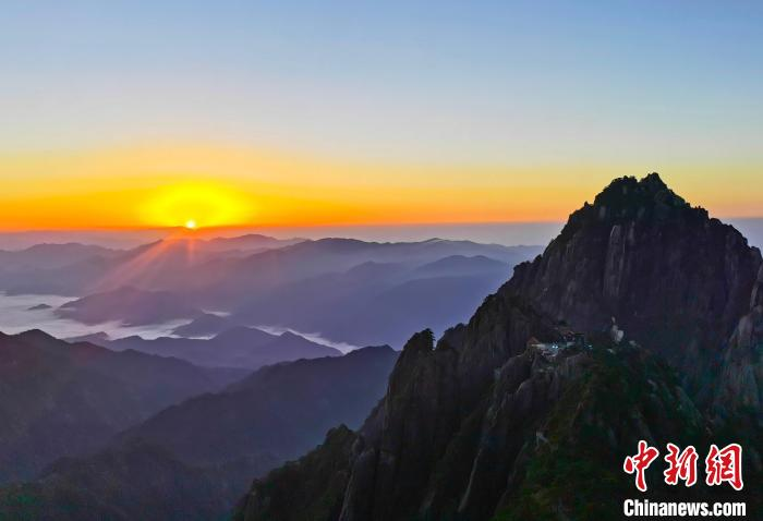国庆假期首日:游客黄山之巅升国旗唱国歌