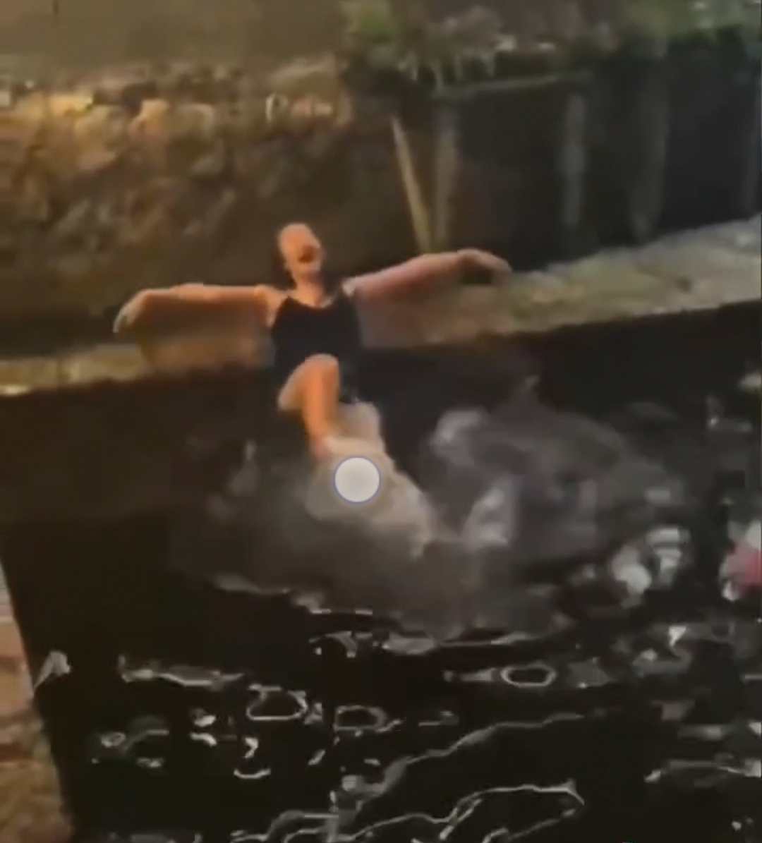 女游客酒后丽江古城在石榴井戏水发文致歉,网友:泳衣怎么解释?景区回应