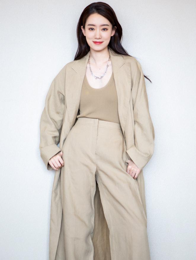 名門澤佳:張小斐曬活動造型,卡其色風衣搭淺色針織效果溫柔甜美