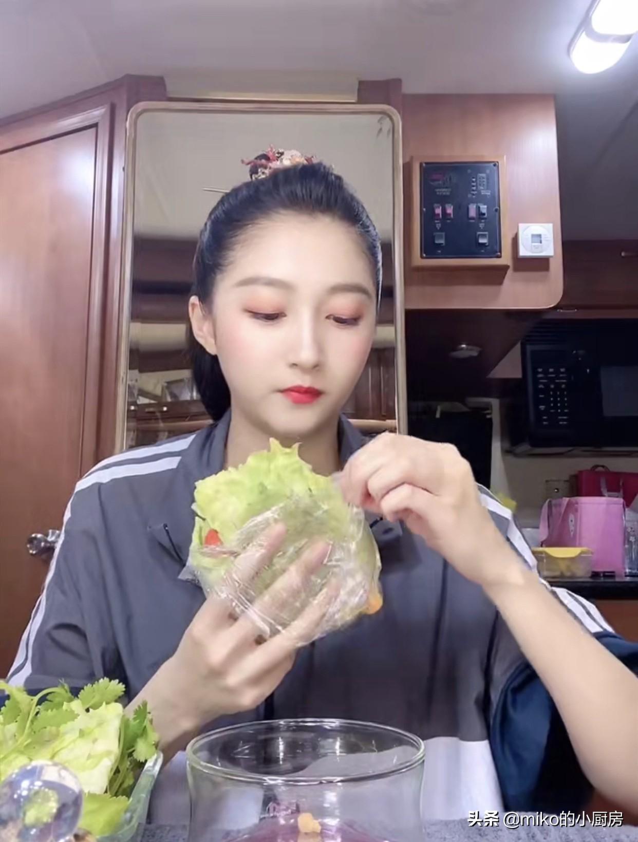 关晓彤分享蔬菜三明治教程,美味低热量,好身材就靠吃它