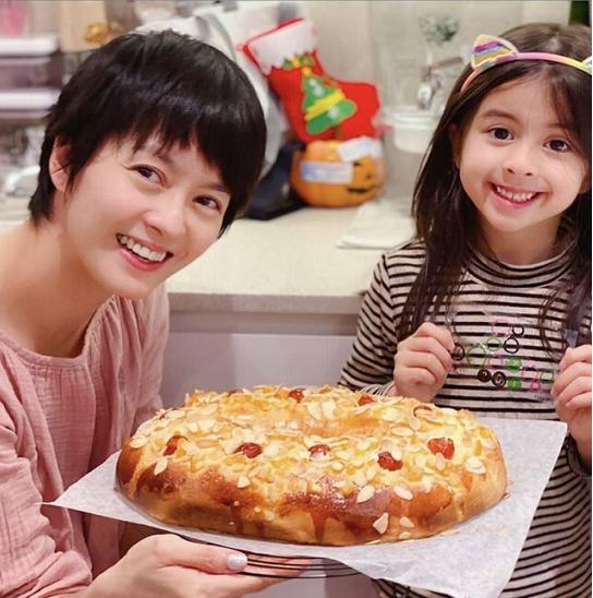 梁詠琪帶娃做蛋糕,45歲素顏真實,5歲混血女兒門牙掉光仍漂亮