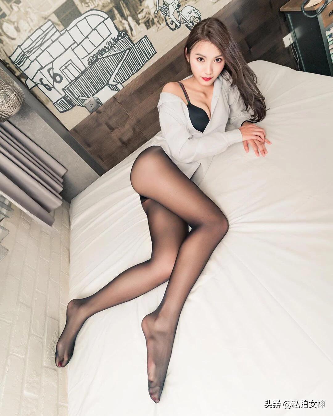 白色床单上的性感美女