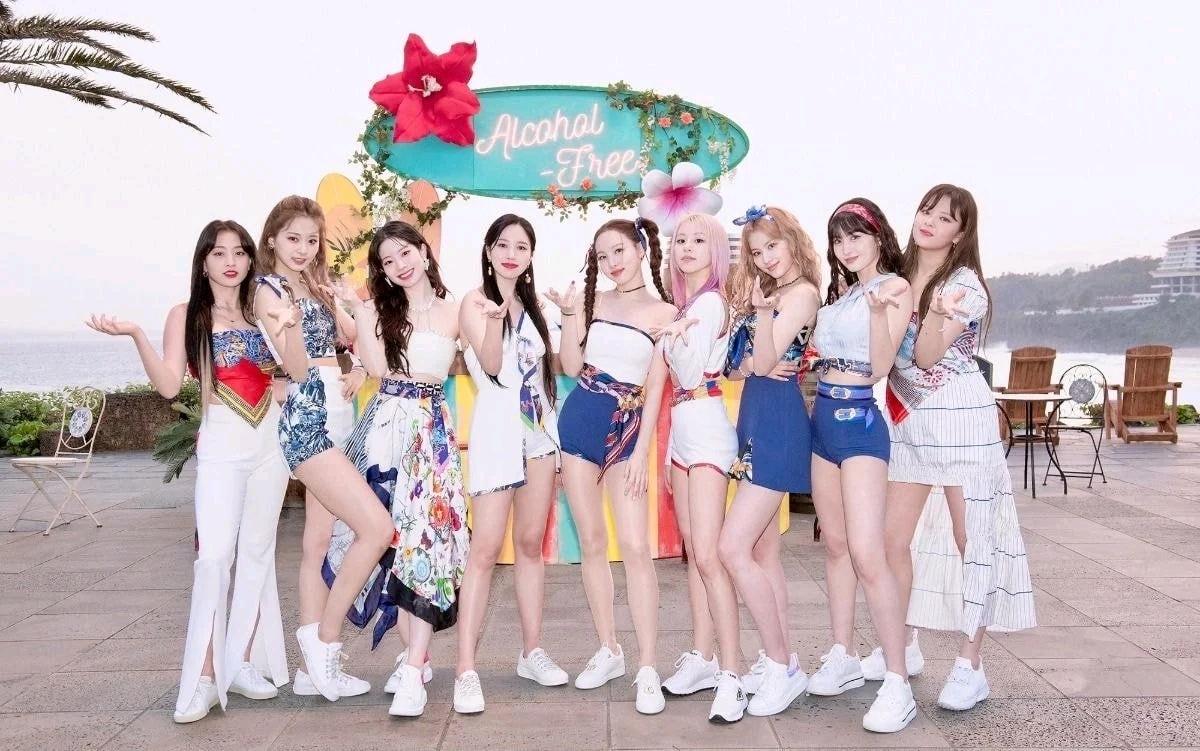 JYP花钱了,爱马仕LV做出女爱豆丑衣服,化妆师把TWICE娜琏画的…