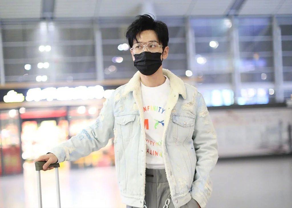 """黄晓明瘦20斤后成功去""""油""""!潮男打扮走机场,竟一点都不违和"""