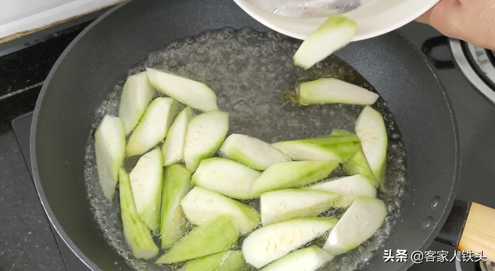 天热大虾别油焖,加2根丝瓜这样做真开胃,我家孩子吃了主动添饭