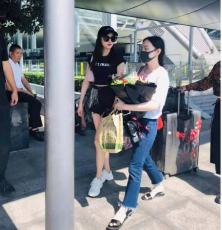 """粉丝好难带啊!关晓彤机场收""""蔬菜花"""",网友:火锅搓一顿走起"""