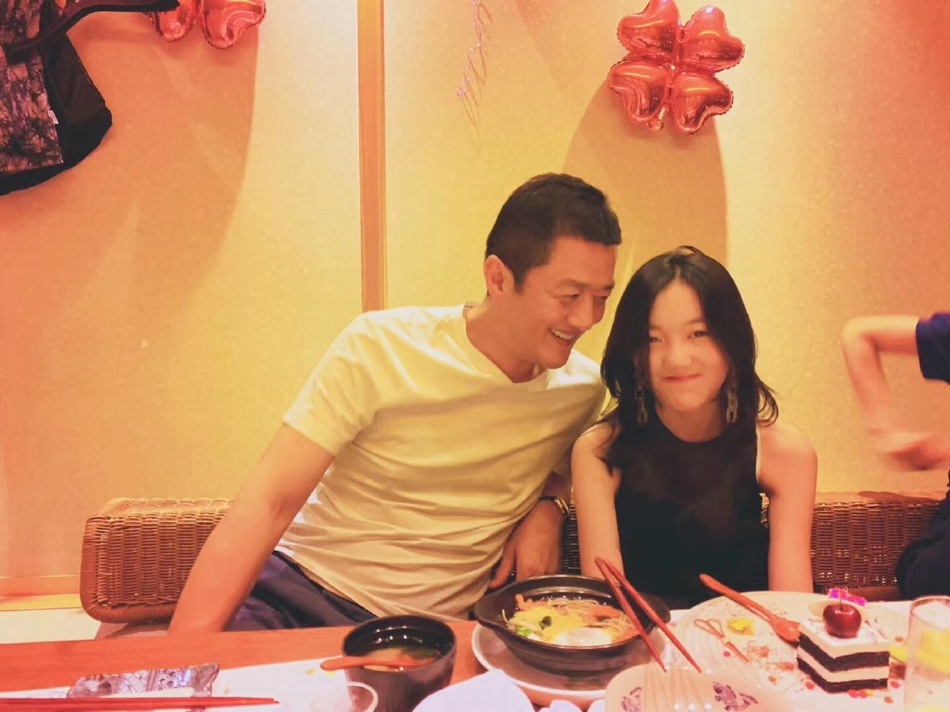 李嫣踩点晒父女相拥照为父庆生,李亚鹏幸福感慨:养女当如李宝嫣