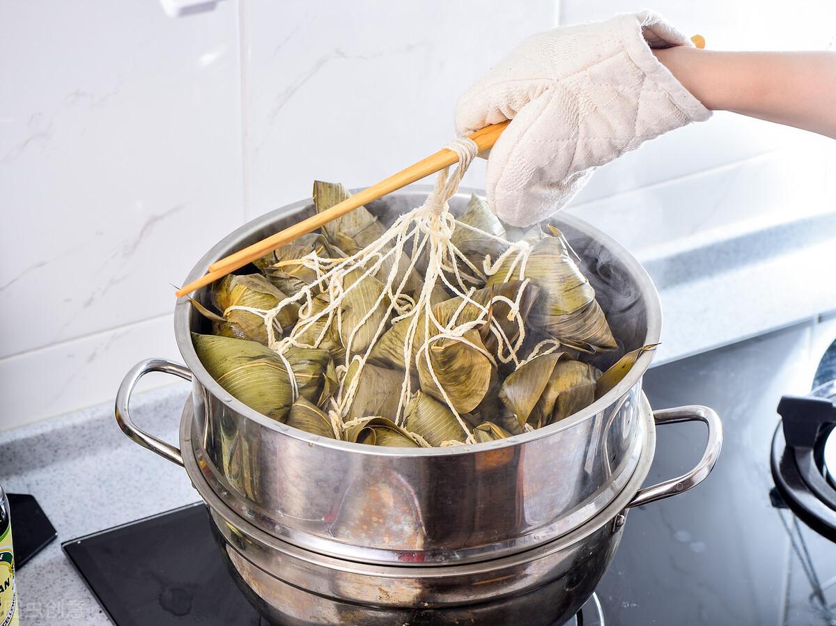 煮粽子,直接下鍋是大錯,多放2味料,粽子不夾生,更香甜更軟糯