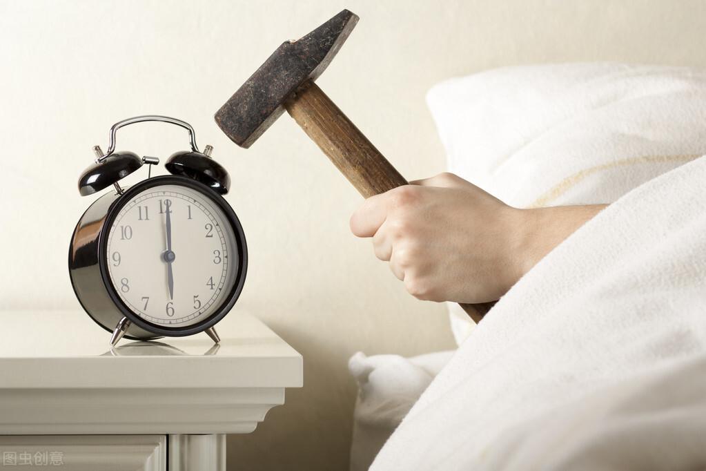 """""""万恶的闹钟:宁吵醒邻居 也不叫醒我!""""起床困难症患者自白"""