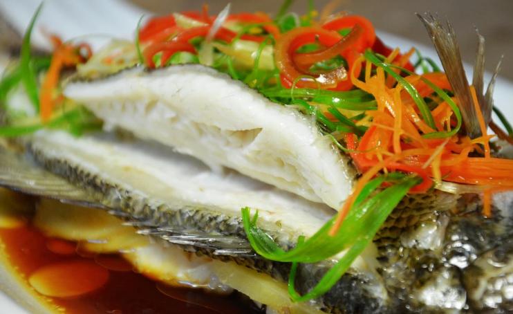 做清蒸鱼时,放盐还放生抽?记住正确做法,鱼肉又鲜又嫩,无腥味