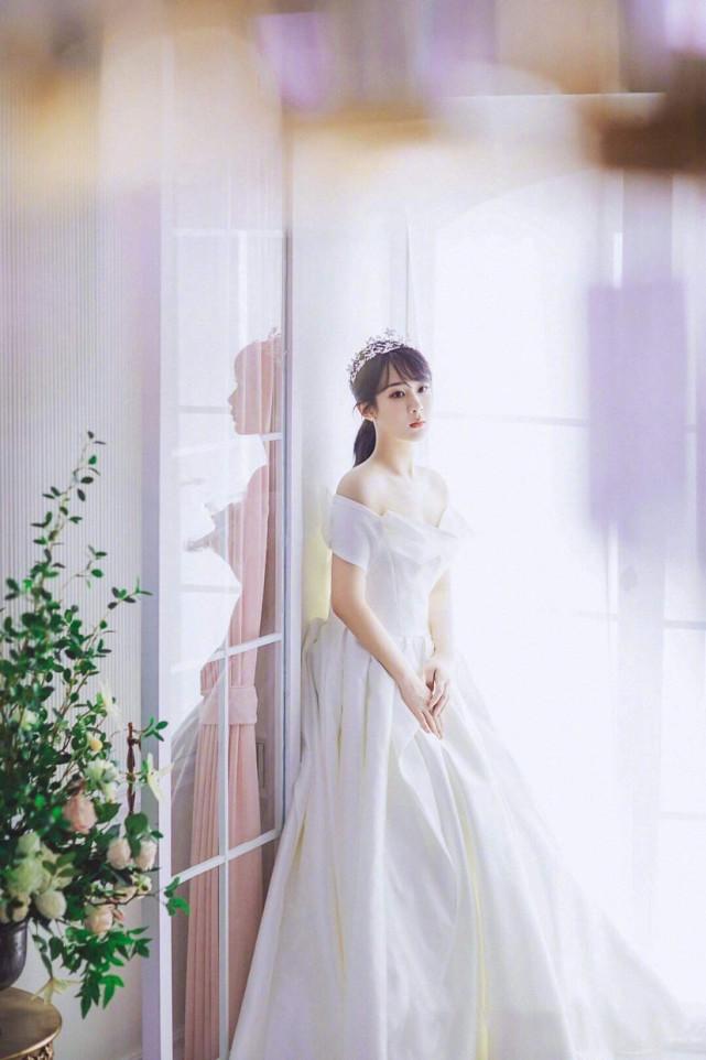 杨紫婚纱造型曝光 佟言夫妇大婚现场
