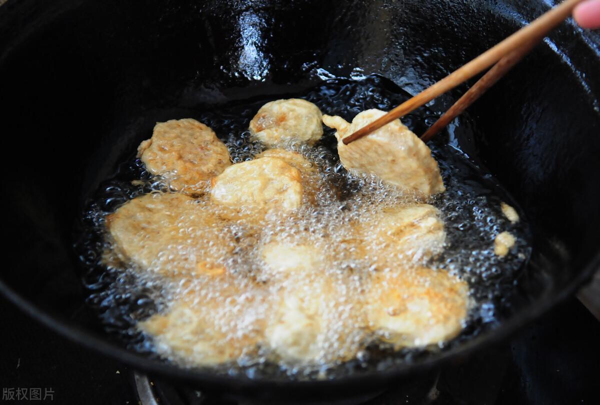 炸藕盒,用淀粉还是面粉?大厨教你挂糊技巧,又香又脆不油腻 美食做法 第6张