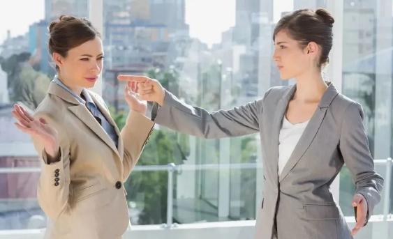 在職場中,千萬不要與同事走得太近