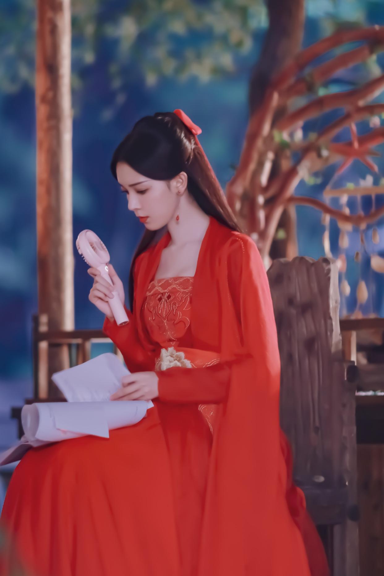 陈瑶再次出演古装美少女,气质独特,艳丽无双,休闲搭配更有灵气