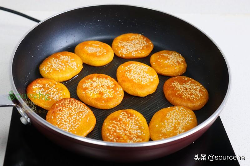 南瓜別再炒著吃了,加一勺糯米粉揉搓小餅,煎得香噴噴,很好吃