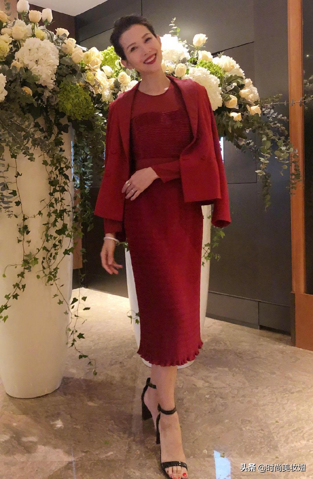 蔡少芬终于不低调,穿酒红色西装梳大背头秒变女总裁,气场真强大