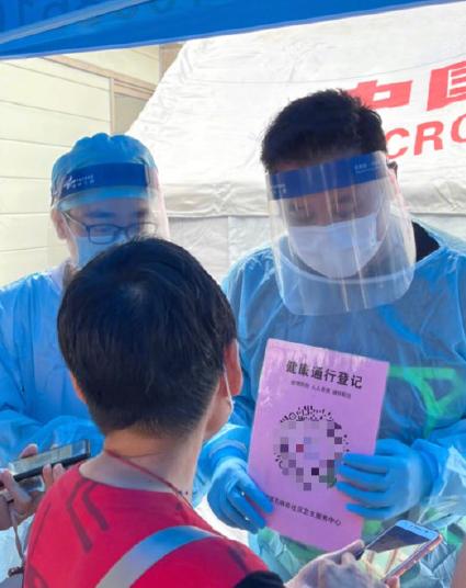 港星麦长青在广州抗疫一线低调当志愿者:大家健康我们就开心