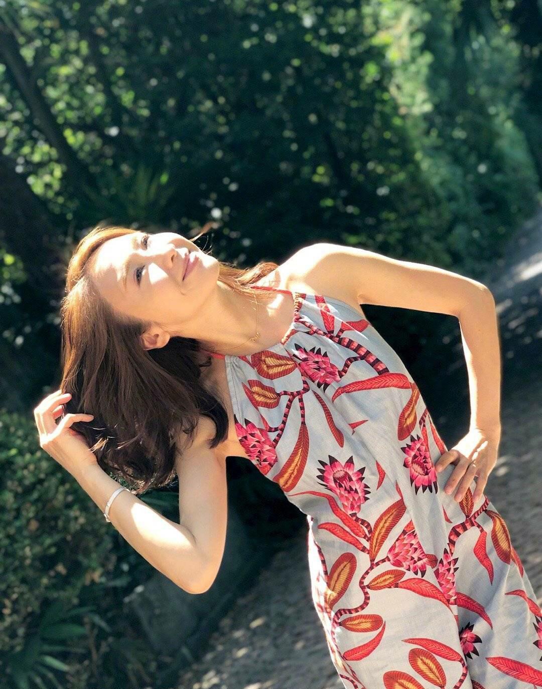 黎姿才是真女神,穿斜领口气质裙秀出完美身材,配宽腰带更显时尚