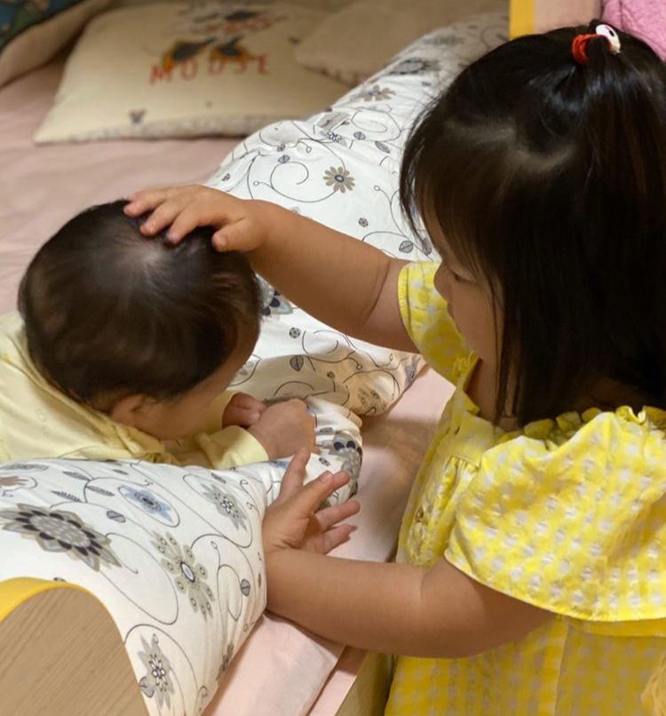 李亞男曬倆女兒同框照,姐姐摸妹妹腦袋溫柔寵溺,畫面溫馨有愛