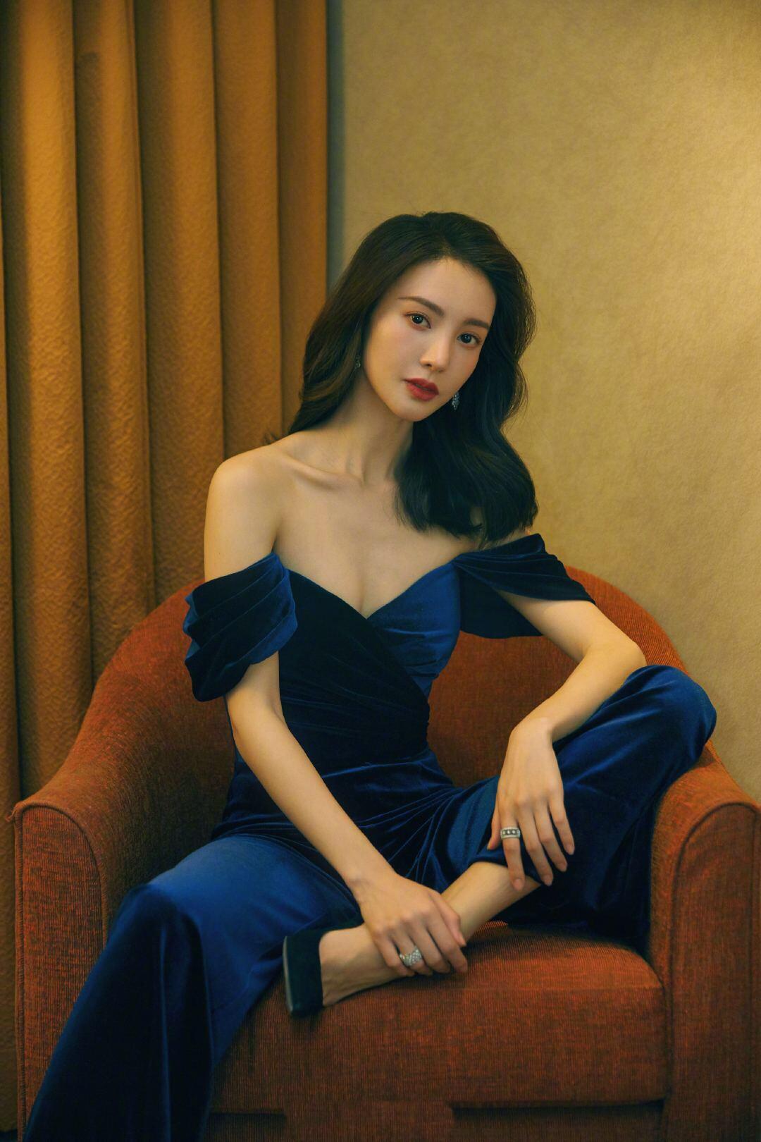 复古与时尚碰撞,金晨紧身蓝丝绒连体裤港风十足,身材好让人羡慕