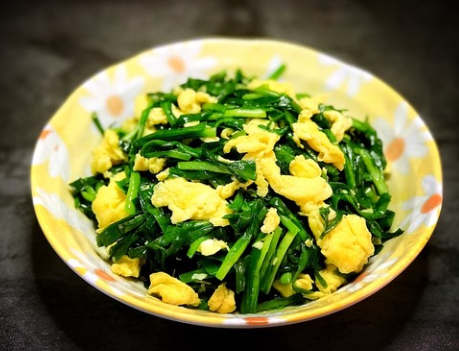 韭菜炒鸡蛋技巧 1招韭菜翠绿不出水