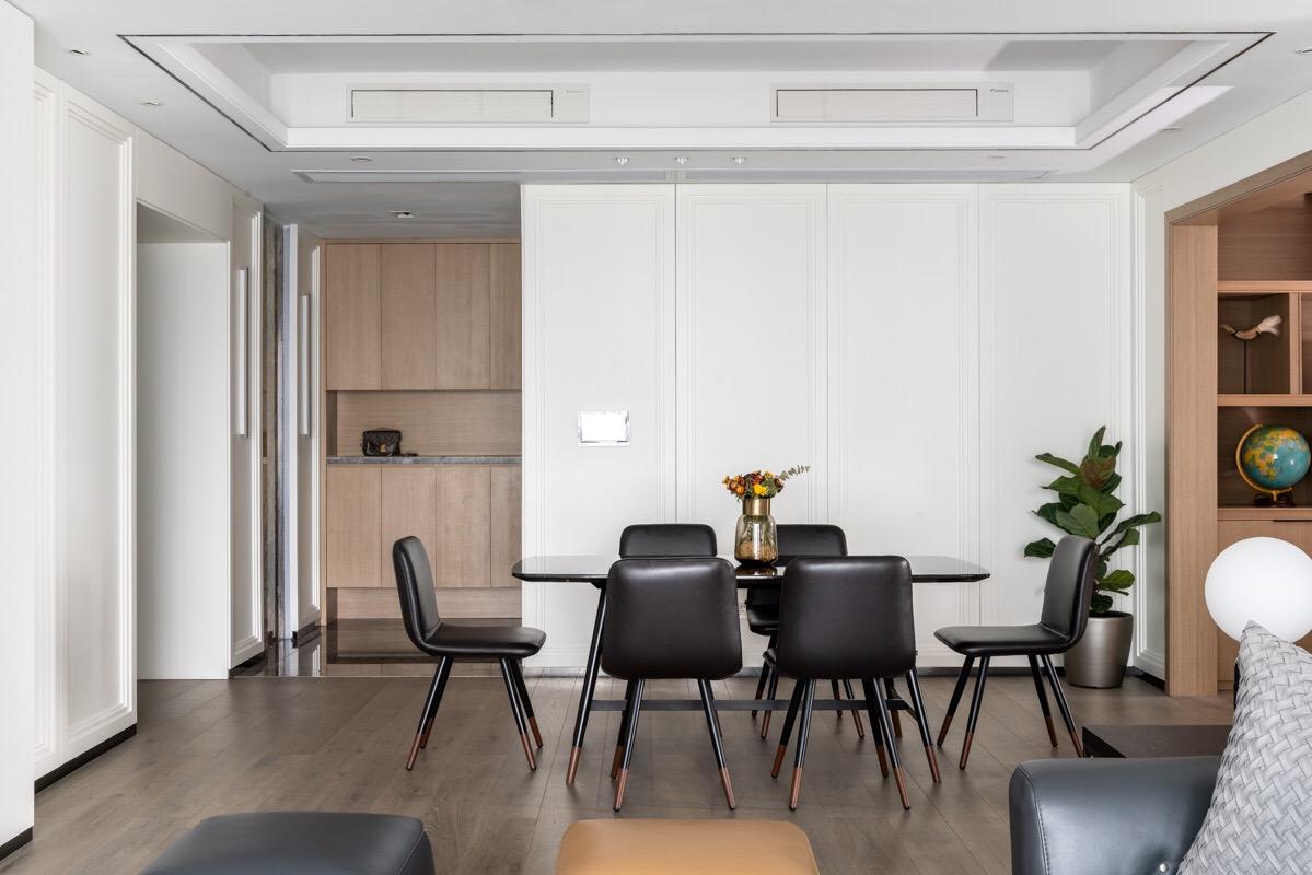 客厅空间利用最大化,定制一整面墙的电视柜和书房,好看实用