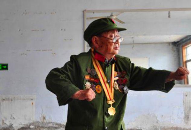 1.2米的抗战老兵,勋章挂满全身,暗杀7个日本军官,96岁英姿不减