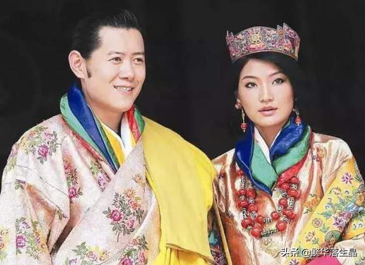不丹王后地位真高,和4位婆婆合影占C位,一脸笑容地看着龙太子