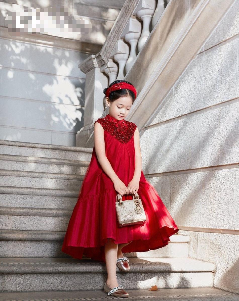 梅婷7岁女儿登杂志封面!颜值气质太像妈,大名首曝光寓意不简单
