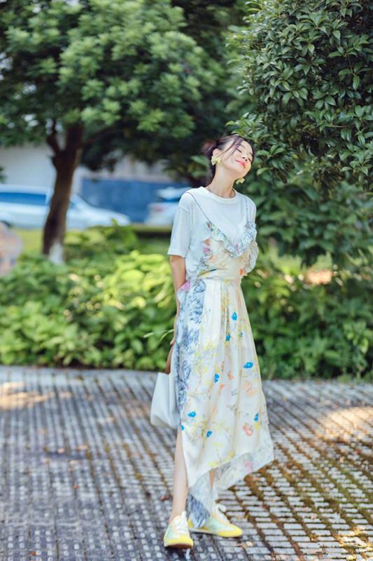 袁姗姗晒美照,身穿印花连衣裙头戴蝴蝶结,怎么看都不像33岁