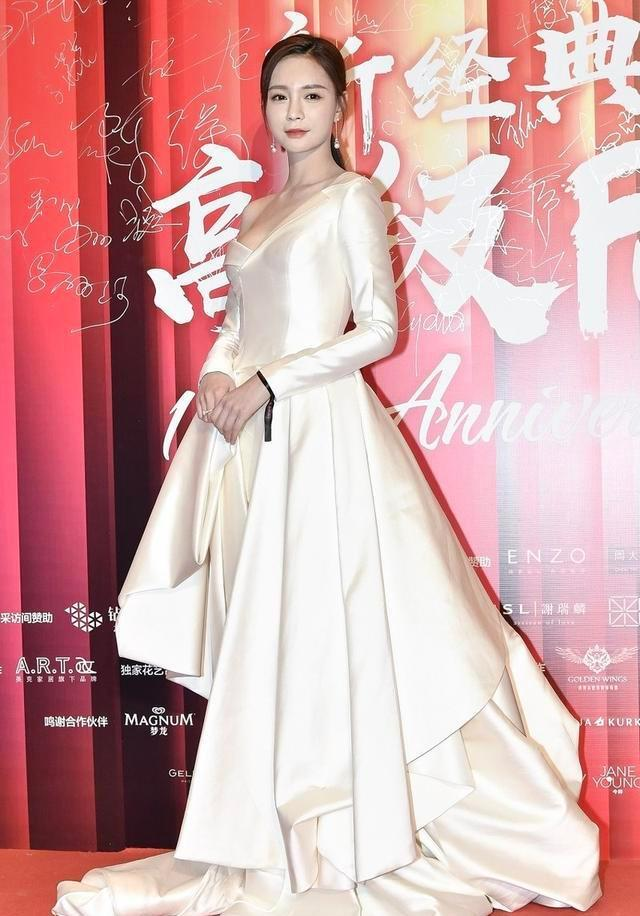 沈梦辰气场原来这么强,白色缎面礼裙高级优雅,天鹅颈真提气质