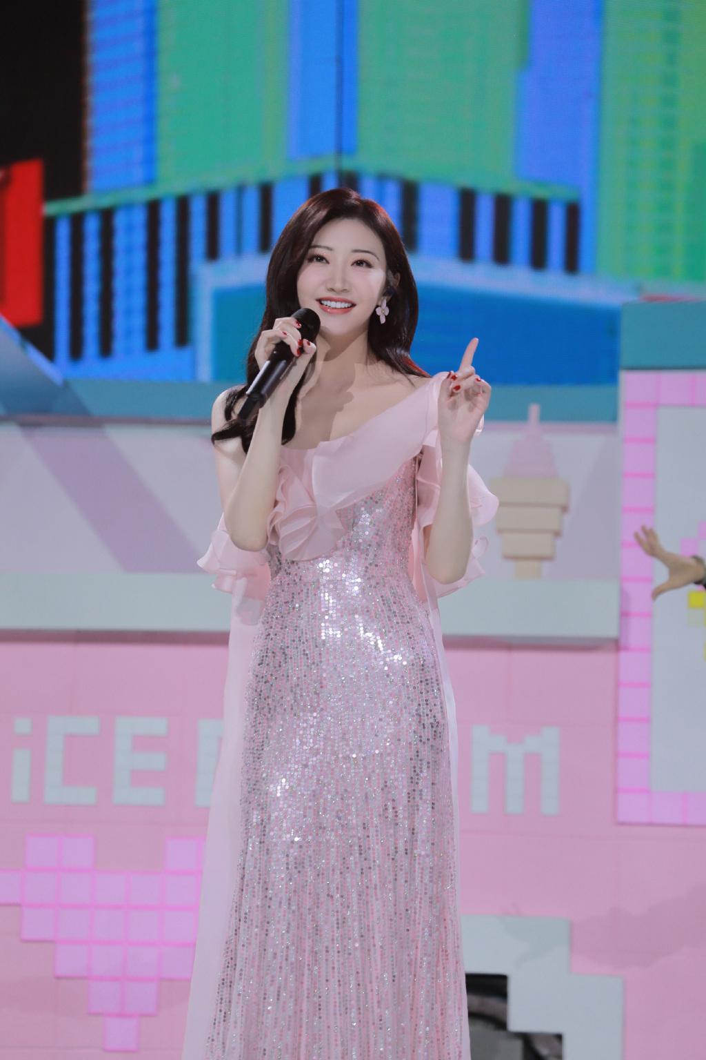 景甜真的人如其名,32岁穿粉色亮片轻纱裙,比动漫少女还要甜