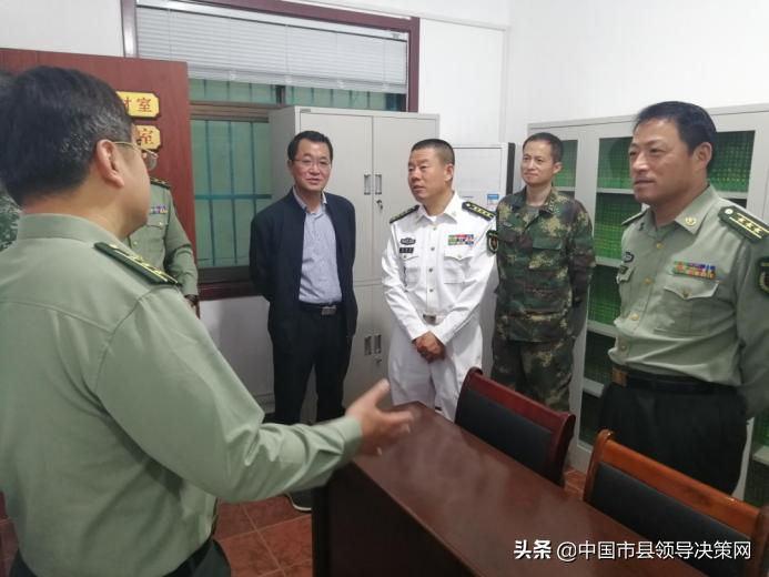 江苏盐城军分区副司令员张国宝一行 到灌东盐场检查民兵预备役工作