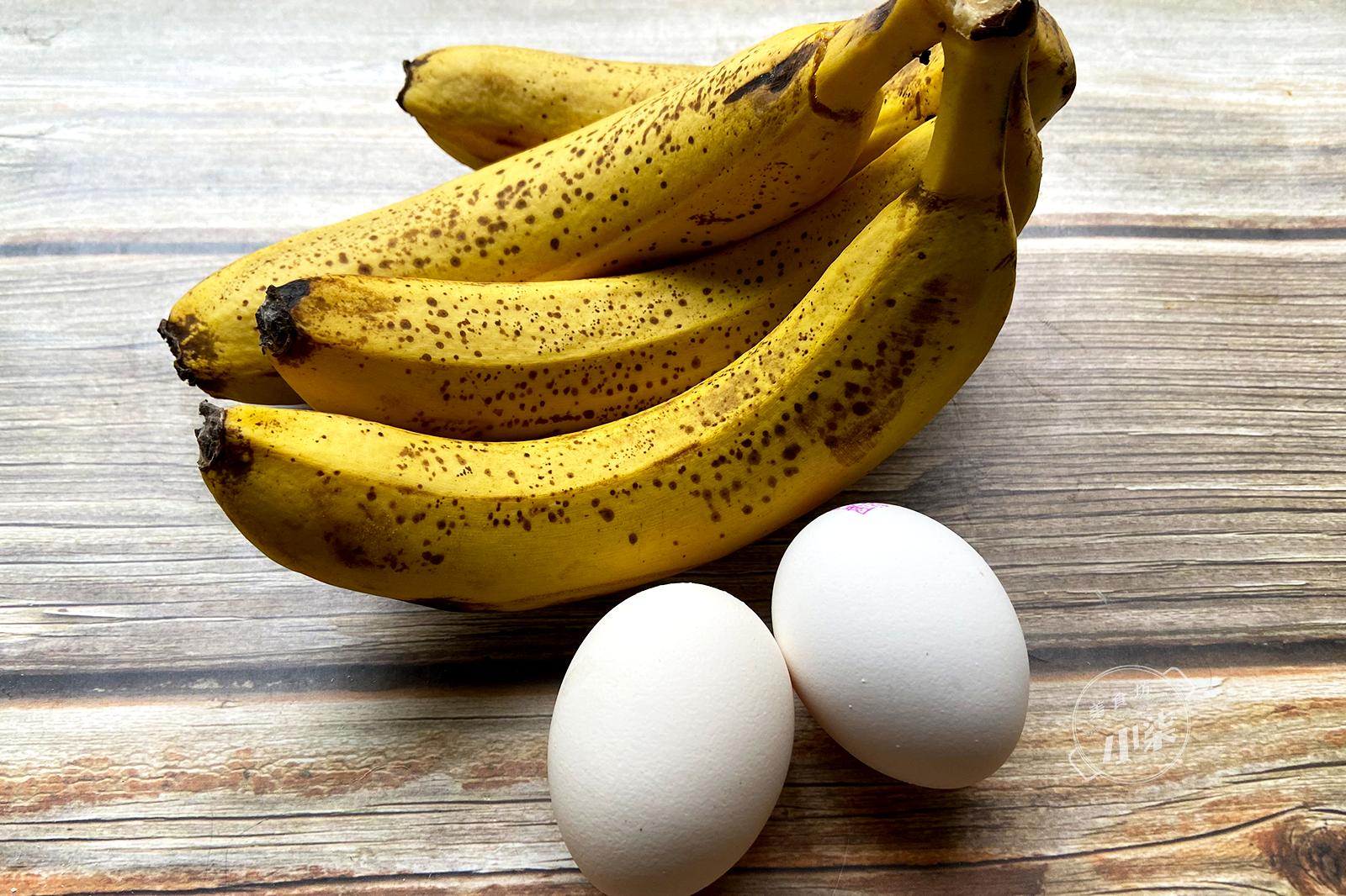 2個雞蛋,4根香蕉,鍋裡一烙想不到這麼好吃,做法簡單,太香了