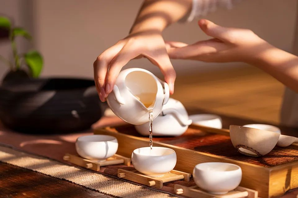 人生如茶,不過一浮一沉,一拿一放