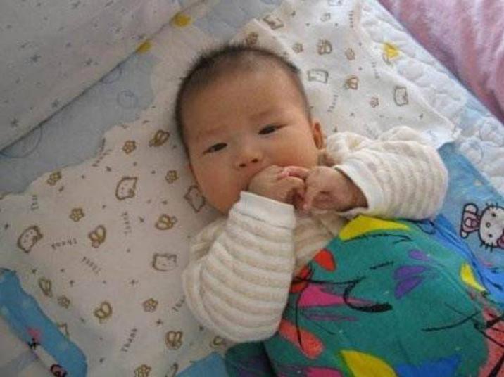 """宝宝""""吃手""""优势多?从小吃手和不吃手的娃,未来差距明显"""