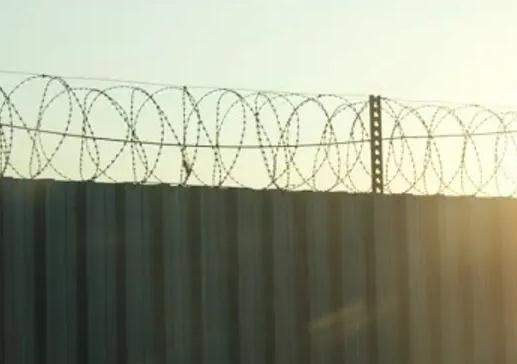 印尼逾百名囚犯越狱,用辣椒水瓶袭击狱警,目前近80人仍在逃