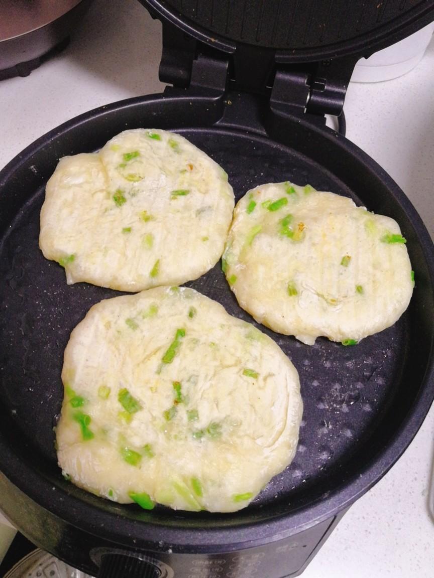 教你做凉了不硬的葱花饼,不揉面不烫面,酥脆香软,当早餐正合适 美食做法 第11张