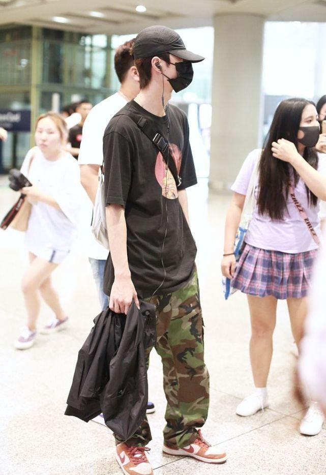 长得帅剪个寸头也好看,王一博清爽短发让人心动,穿得也像大学生