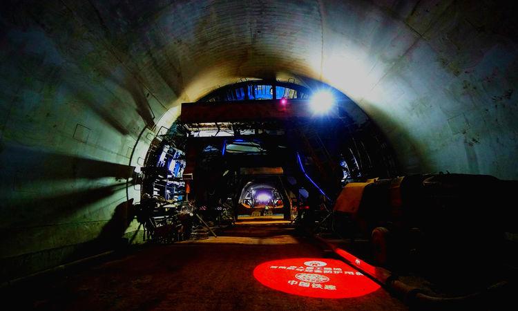 临大高速公路9标项目部关家川隧道右线顺利贯通